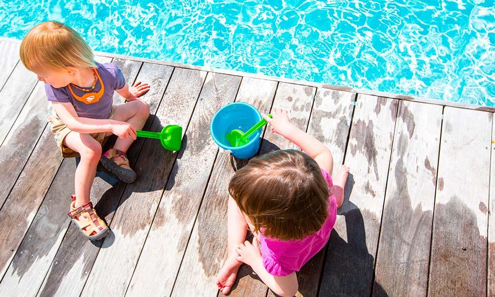 enfants-au-bord-de-la-piscine