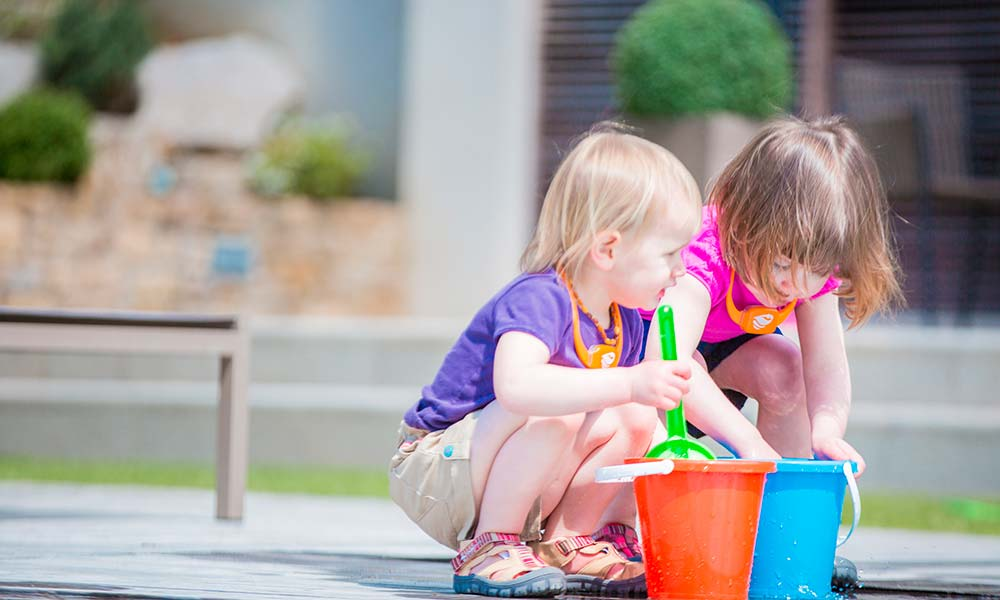 enfants-jouent-piscine